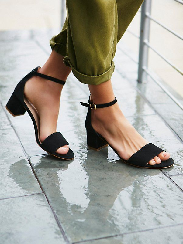 Black block (mababang) heel sandals that looks like this in suede or leather