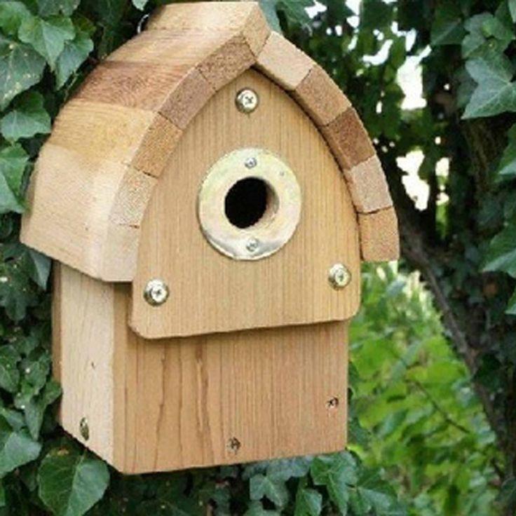 Een aantrekkelijke nestkast van diverse vogels met zachte bruine natuurlijke afwerking. Gemaakt van duurzaam FSC-hout, de nestkast beschikt over een waterdichte hemelbekleding en is makkelijk schoon te maken, omdat u de voorkant deels kan verwijderen. De invliegopening van deze nestkast is standaard 29 mm, geschikt voor onder andere: pimpelmees. Als u de invliegopening eraf haalt, heeft u een gat van 32 mm. Geschikt voor onder andere:  ringmus, boomklever, kuifmees & bonte vliegenvanger.