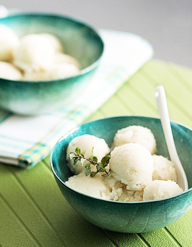 Recette Glace litchi Thermomix : Mixez ensemble les litchis, la crème, le sucre et l'eau de rose 10 s à vitesse 7.Versez dans un bac à glaçons et placez a...