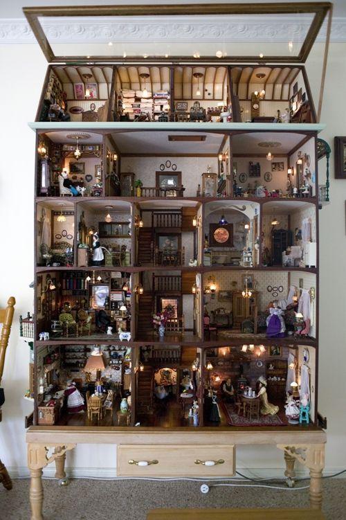 prachtig antiek poppenhuis.