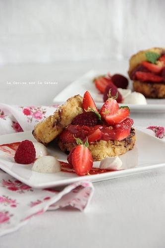 frenchtoast035 Pain perdu à la vanille & au lait d'amande, compotée rhubarbe et fruits rouges