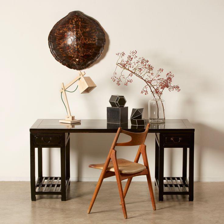 "Kinesisk Doctor's desk i sort lak patina ca. 1870. Wegner Savbukkestol med original patina. Franske tegnemodeller. Lampe ""Muuto"" (Luksuslamper)."