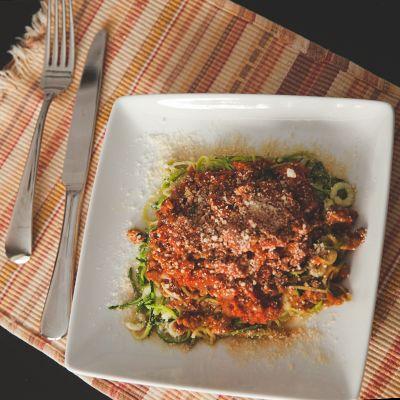 0 Point Futé Chez nous, la sauce bolognaise a toujours été composée de boeuf et de porc. Dans notre nouveau mode de vie, ces deux protéines sont dispendieuses au niveau de notre budget quotidien d…