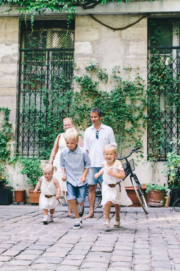 A Fun Family Frolic in Le Marais. The ultimate souvenir from your family holiday! www.flytographer.com