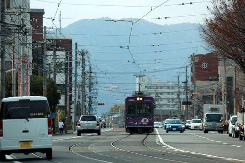 京都市内中心部と嵐山を結ぶ京福電鉄嵐山線、通称「嵐電(らんでん)」。沿線沿いには世界遺産「天龍寺」「龍安寺」「仁和寺」や、国宝第一号が眠る「広隆寺」、更には「太秦映画村」など、京都でも重要な位置を占める観光地がひしめいています。その嵐電の路線上に京都で唯一となった路面電車区間があるのはご存じでしょうか?そして、その路面電車区間に、あることで有名な駅があるのです・・・。