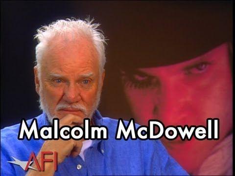"""L'attore Malcolm McDowell, a distanza di 40 anni dal capolavoro di Stanley Kubrick, ricorda il backstage di una della più famose scene di Arancia Meccanica. Ecco la famosissima scena cult del film, in cui Kubrick ha """"torturato"""" l'attore con il divaricatore oculare!"""