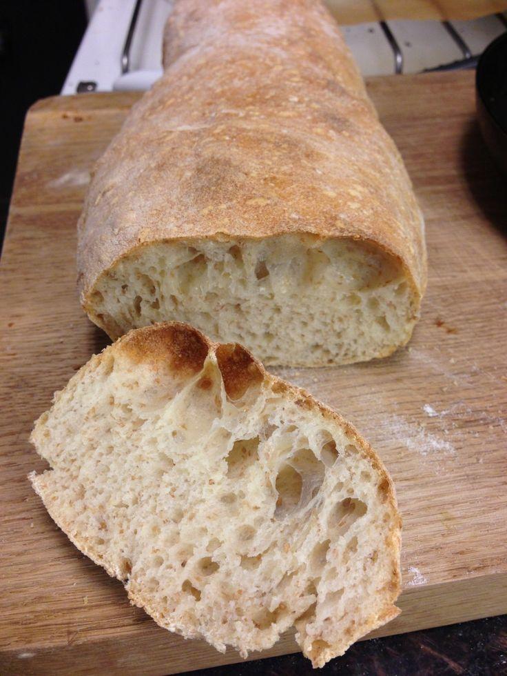 I går aftes fik jeg to meget lækre brød ud af ovnen, som minder meget om ciabattabrød. i min opskrift stod, at man skulle bruge ''tipo 00 hvedemel''. det havde jeg ikke nok af, så jeg måtte spæde til med fuldkornshvedemel og durummel, og alligevel blev resultatet ganske fint! brødet er let a....