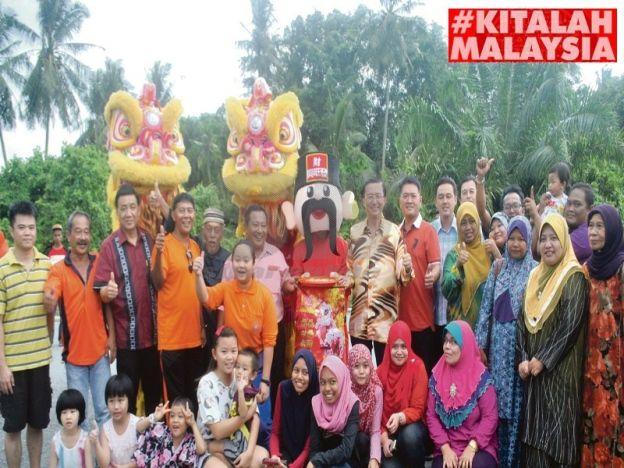 Terkejut lihat singa Melayu   Masyarakat pelbagai kaum bergambar bersama selepas persembahan tarian singa oleh Persatuan Kung Seng Keng pada majlis rumah terbuka di Taman Desa Sri Ara Kayu Ara Pasong baru-baru ini.  PONTIAN- Pelbagai alunan muzik tradisi masyarakat Melayu Cina dan India mula kedengaran seawal jam 10 pagi ketika latihan tarian dikendalikan Persatuan Tarian Singa dan Naga Kung Seng Keng. Kerancakan muzik dan gerak-geri penari terdiri daripada kanak-kanak dan remaja Melayu Cina…