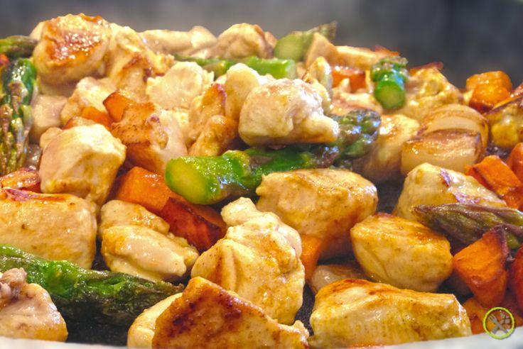 #PALEO #WOK MET #KIP: Een leuke snelle lunch die je een voldaan gevoel geeft en zorgt dat je in de namiddag geen dip krijgt. Eindelijk een wok zonder oosterse invloeden maar met een vleugje Indië, gewoon heel simpel kip en groentjes snel aanbakken in de wok of grote braadpan en afkruiden. Ik ben ondertussen een grote fan van zoete aardappel en tijdens het bakken heb ik al stiekem heel wat paleo aardappelblokjes verorberd. Wat niet weet, wat niet deert :-)