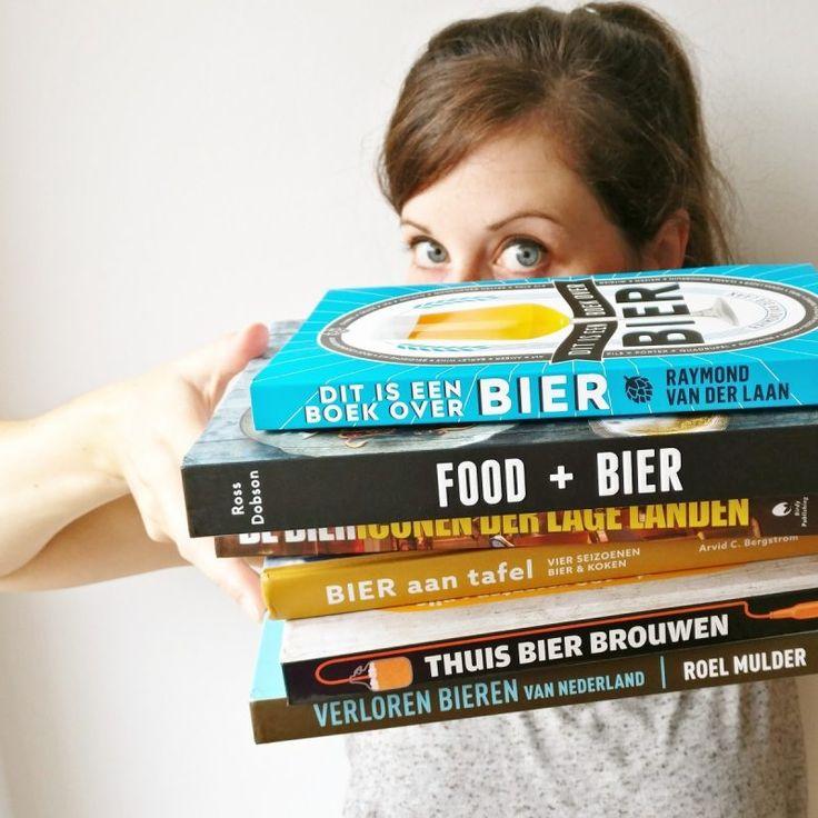 6x bierboeken: lekker lezen deze zomer! In deze blog deel ik reviews van zes bierboeken die ik de afgelopen weken met veel plezier heb doorgelezen. Van smakelijke boeken over bier en food tot aan historische en informatieve bierboeken, en boeken om zelf bier te brouwen. #bierboekenblog #bierliefde