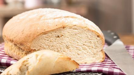 Ein Grundrezept für Weißbrot bzw. Weizenbrot. Das Brot wird innen locker und außen knusprig - eben einfach köstlich.