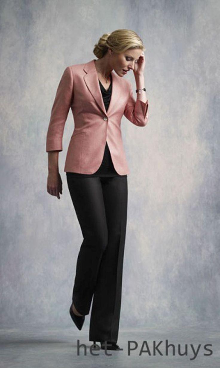 41 Vrouwelijk broekpak met blazer gemaakt van roze wol en zwarte pantalon