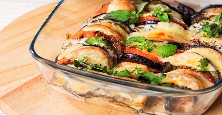 RECEPT: Vychutnaj si pečený baklažán prekladaný s paradajkami, mozzarellou a bazalkou.