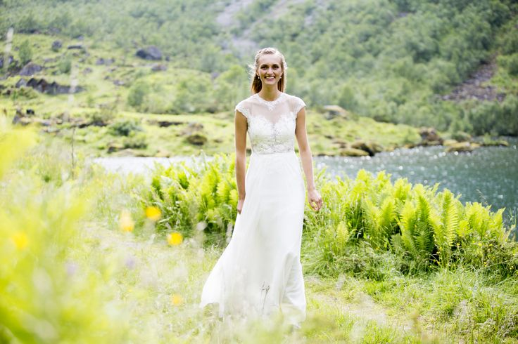 Beautiful Norvegian bride Marianne is wearing Nora Sarman Berlioz gown
