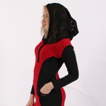Černé šaty s červenou vsadkou a krajkovou kapucí