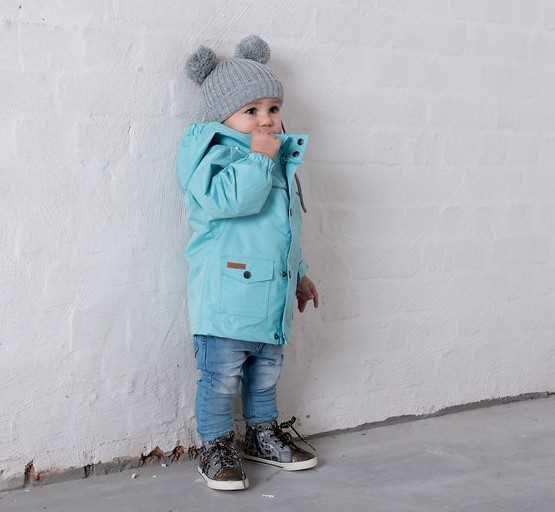 Kuling Outdoor skaljacka är en praktisk jacka som är designad för lek och utomhusaktiviteter. Jackan har tejpade sömmar, en avtagbar huva, reflexer fram- och baktill samt två stora frontfickor.