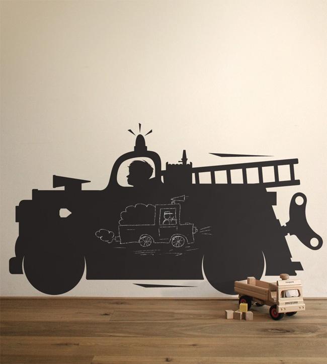 Deze innovatieve schoolbord brandweerwagen muursticker mag niet ontbreken in elke stoere kinderkamer. Eenmaal de sticker aan de muur is bevestigd kunnen kinderen naar hartelust met krijt erop tekenen.    Meer leuke muurstickers www.littlefashionaddict.com