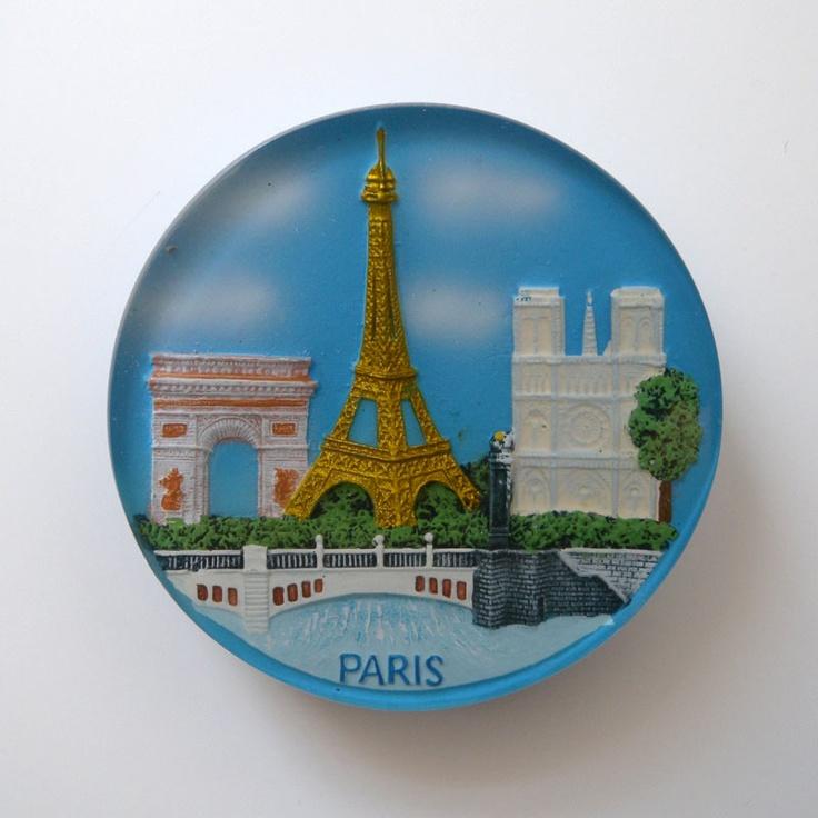 これが記憶が曖昧なマグネット。多分自分で買ったんやと思うけど…。。  これは最初に集めるきっかけになったスイスのマグネット同様、表面が樹脂で固められてるタイプ。  セーヌ川の上に橋がかかり、凱旋門とエッフェル塔とノートル・ダム寺院が並んでる。パリのマグネットがこれだけ観光名所を詰め込んでも違和感がないのは、街の至る所にほんとに見所がいっぱいあるからやろうね。このギュッと詰まってるのがまた、パリそのものなんやろうなぁ。