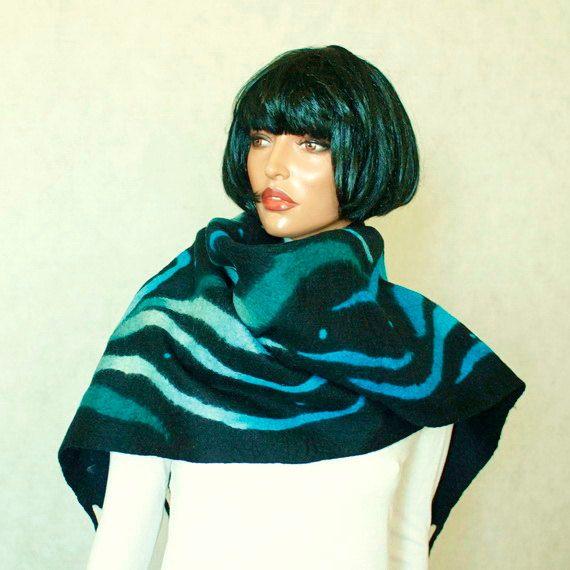 Einer der freundlichen schönen Schal-Hand - Filz auf Seide Chiffon mit Nunofelt Technik. Unisex Schal  Material: beste Qualität zart australische Merino-Wolle, weich, seidig. Märchen-Stil.  Alle meine Gefilzte Schals sind handgemacht aus natürlichen Bio-Öko-Wolle und Seide. Perfekte Mode Accessoire Geschenk für jedes Outfit und Anlass! . Die Schal ist seidig und weich, aber auch langlebig und angenehme Nutzung!  Länge (mit Quasten): 86 cm/218 cm Breite: 12 cm / 30 cm   Handwäsche in...