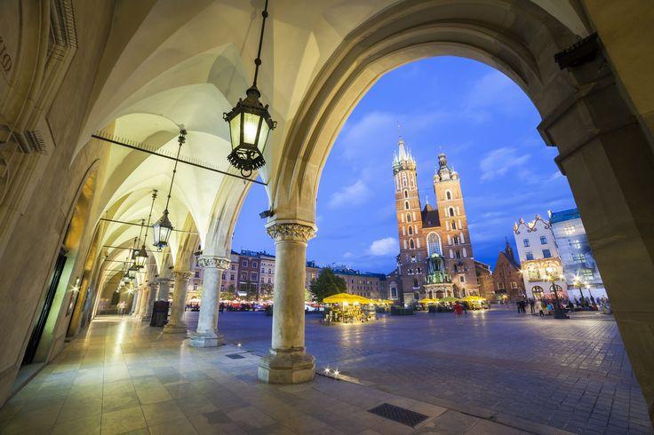 La Plaza del Mercado de Cracovia es imprescindible al viajar a Polonia. Se trata de la plaza medieval más grande de toda Europa.