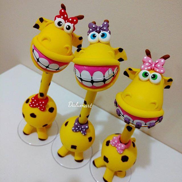 #mulpix Elas estão fazendo sucesso! Canetas personalizadas Girafas de Aparelho. Em Biscuit.   #dalumart  #artesanato  #feitoamao  #biscuit  #porcelanafria  #coldporcelain  #lembrancinha  #canetapersonalizada  #girafadeaparelho  #girafa  #dentista  #ortodentista  #aparelhofixo  #aparelhomovel  #dentes