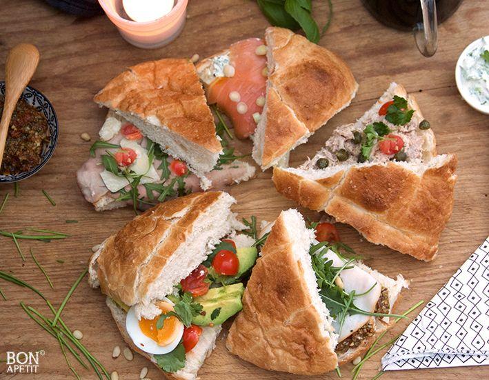 Begin het weekend goed, met Turks brood op verschillende manieren belegd. Voor ieder wat wils, van zelfgemaakte heksenkaas tot pesto! Kijk op BonApetit!