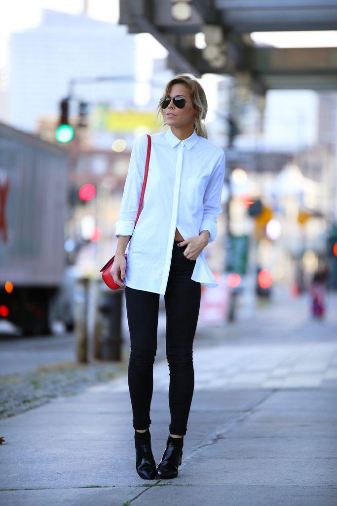 Mary Seng está vestindo uma camisa branca de Alexander Wang, calças de brim de Denim AG, botas de Prada, bolsa de Givenchy e os óculos de sol são de RayBan