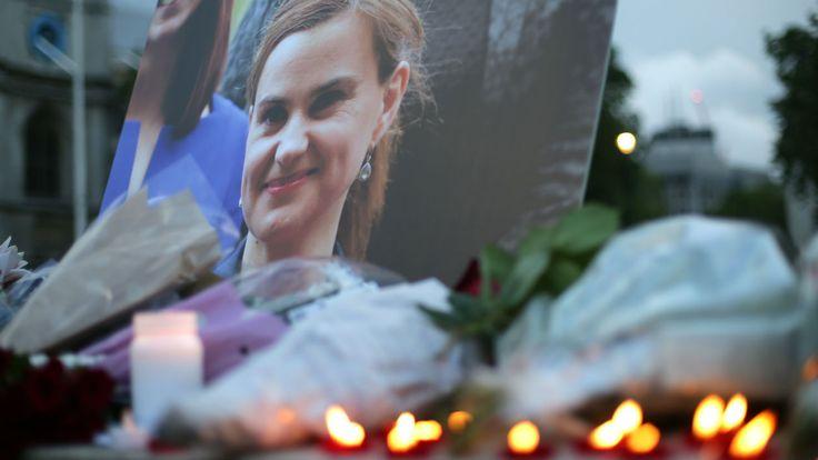 Deux jours après le meurtre de la députée travailliste par un homme de 52 ans, la Grande-Bretagne est toujours sous le choc. Le meurtrier présumé doit être présenté à un juge ce samedi.