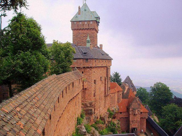 El Castillo de Haut-Koenigsbourg se encuentra en la comuna de Orschwiller, en el departamento de Bajo Rin, Sobre la cima de monte. Su aspecto y ubicación realizada encaja a la perfección realizada en nuestras listas de parámetros de castillos Que parecen de cuento: