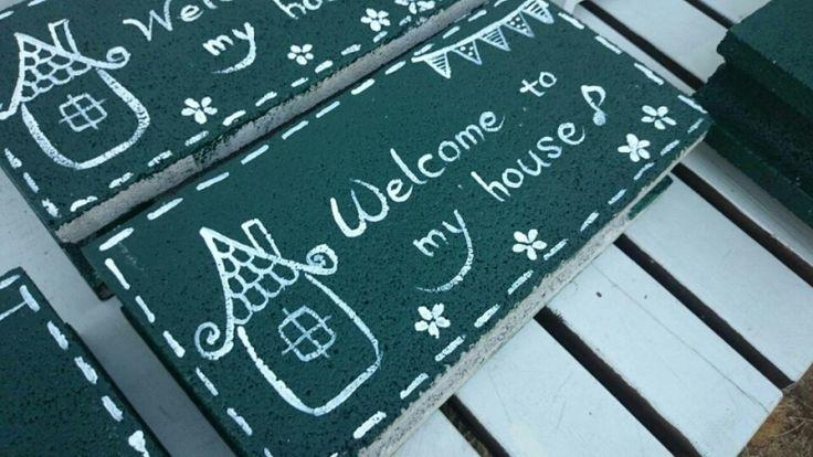 今日はダークグリーンのコンクリブロックを仕上げました。  ダークグリーン  この深い緑色に白い文字が意外と人気^^玄関先や庭に置いておくと  派手ではないけれど、目を引きます  ダークグリーンのコンクリブロック鉢|*コツコツ♪トントン♪木工雑貨*