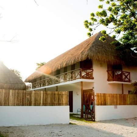 El Alojamiento en Bacalar Azul 36 Hotel se encuentra a 22 km de Chetumal. Todas las habitaciones de este hotel de negocios disponen de aire acondicionado, TV de pantalla plana y baño privado.