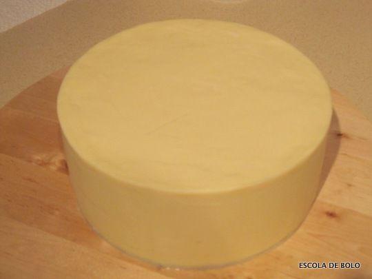 Super simples e rápida de fazer, a ganache é excelente para cobrir o bolo antes da pasta americana. Além de ser deliciosa e não interferir com o sabor do bolo. É também uma delicia como recheio ou cobertura de cupcakes. INGREDIENTES: 600 gr.
