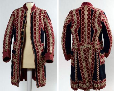 69) Fig.6: Justaucorps de grande livrée, vers 1770-1780, drap de laine bleu foncé, parements de serge rouge, galons en passementerie de soie rouge et de lin crème, 105×60×14cm. Versailles, musée national des châteaux de Versailles et de Trianon, V.2011.5. - 69) LIVREE DU ROI: On note cependant que l'un des justaucorps (Fig 5) est jalonné sur la totalité de ses parements, alors que ceux-ci ne sont qu'en drap rouge pour le second. Par ailleurs, il possède des boutons recouverts de…