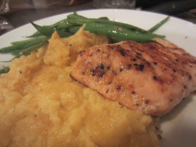 Gunns momsemat: Laks med blomkål- og gulrotpuré og aspargesbønner