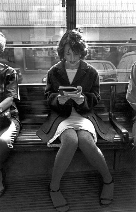 Milan woman reading in the tramway (1997). Imagen en la lente de Ferdinando Scianna.