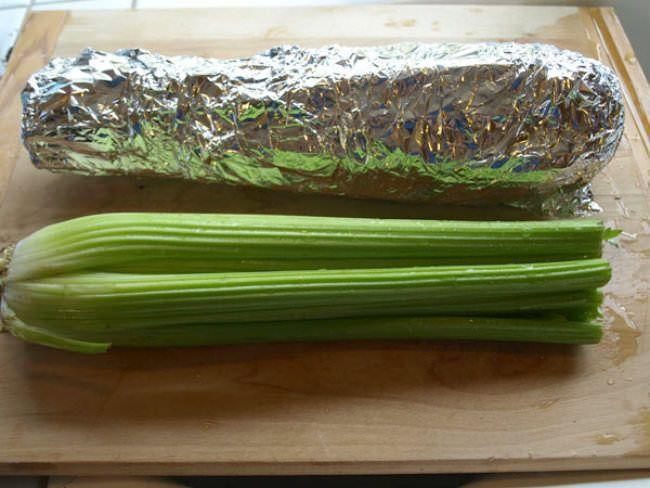 Envuelve el apio en papel de aluminio, se mantendrá en perfectas condiciones durante un mes. También funciona con el brócoli.