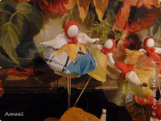 Домашняя Кукла «Солнышко-Масленица»- игровая - на палочке.  Масленица — древний языческий праздник до крещения Руси, привязанный к дню весеннего равноденствия. Отмечалась 7 дней перед равноденствием и 7 дней после и посвящалась поклонению Солнцу, дающему жизнь и силы всему живому. Именно в честь солнца пекли блины — обрядовую пищу.   С введением христианства масленицу стали праздновать в последнюю неделю перед Великим постом, поэтому теперь Масленица выпадает на разные дни в каждом году…