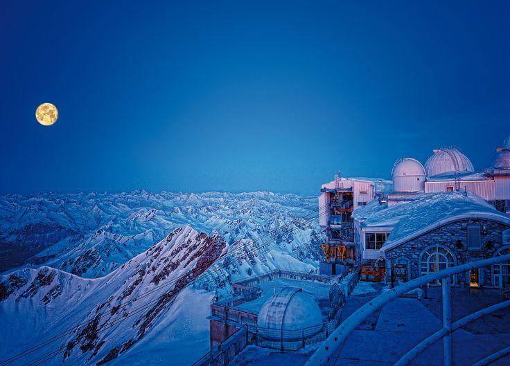 Le Pic du Midi, Grand Site de Midi-Pyrénées, propose une descente en freeride - Par CRT Midi-Pyrénées / Dominique VIET #TourismeMidiPy #MidiPyrenees #France #PicduMidi #Freeride #tourism #holiday #vacation #travel #ski #snow #neige #skiresort