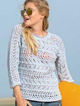 Связанный поперек нежно-голубой пуловер