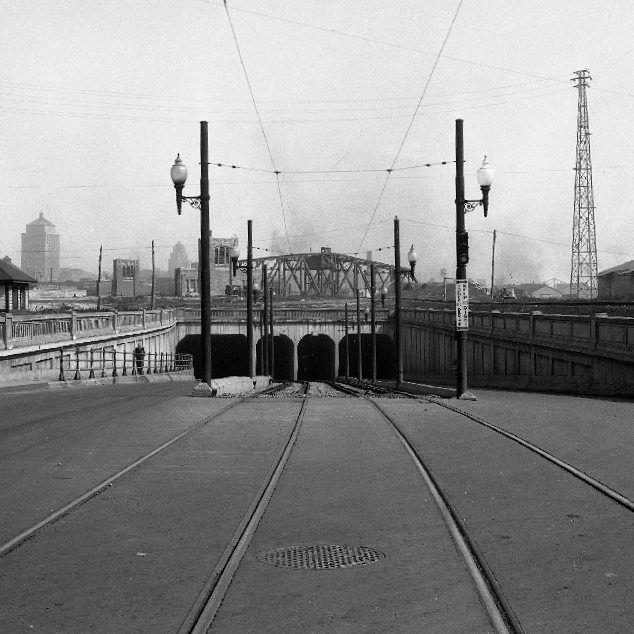 Construit dans les année 30 et abandonné dans les années 90 le tunnel Wellington n'a jamais eu le succès escompté. Cette photo date de 1936. . Archives de Montréal VM94-Z1496 . . #514 #mtl #yul #montreal #montréal #montréaljetaime #streetsof514 #montreallife #illuminationMTL #jaimemtl #cinqcentquatorze #mtlmoments #archives #history #archivesmtl #vintage #centreville #griffintown #sudouest