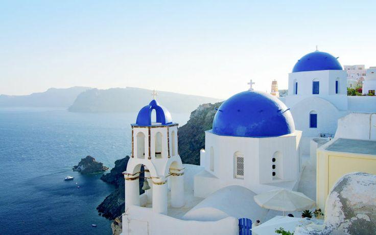 Santorini on monien mielestä Kreikan kaunein saari. Se tunnetaan upeista maisemistaan ja erityisesti Oían lumoavista auringonlaskuista. www.apollomatkat.fi #Santorini #Kreikka
