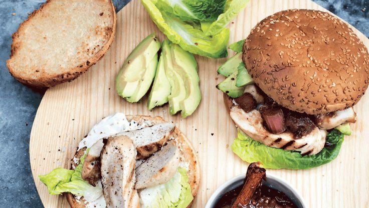 Madplan for uge 22: Ugens onsdagsopskrift er kyllingeburger med avocado og rabarberchutney. Få opskriften her