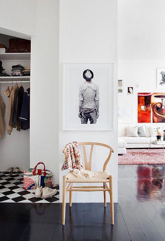 Un armario con baldosas en negro y blanco