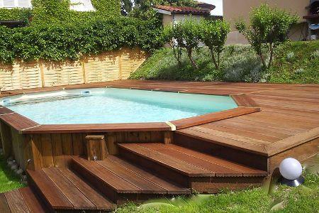 De plus en plus de piscines en bois sont installées en France.