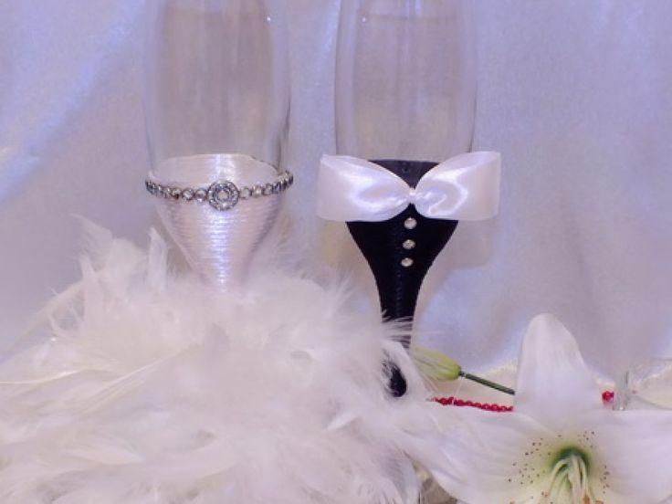 Pahare de sampanie pentru miri si nasi, decorate elegant cu pene ce se pot asorta cu tinutele fiecaruia. Pretul afisat este pentru un set de 2 pahare. Dimensiune: 22 cm H
