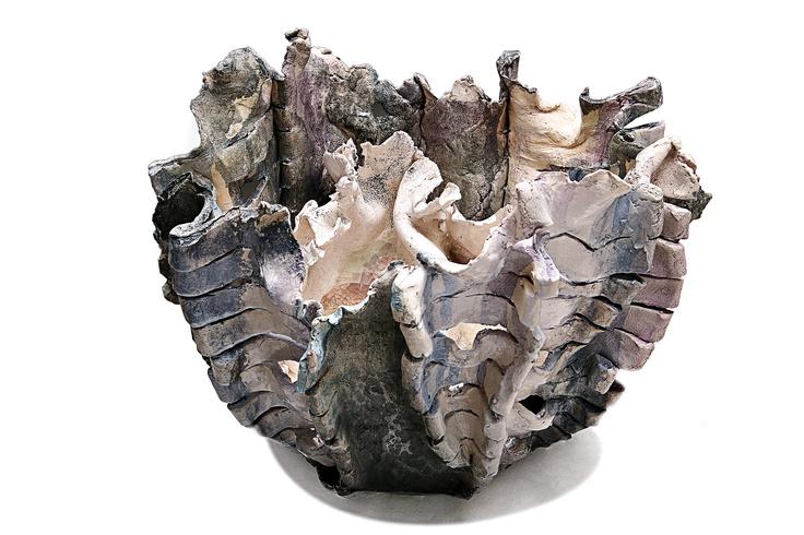 Nido con Forma fragile      Forma in ceramica cottura 1200°C. Smalto bianco lucido su colorazioni di ossidi blu, nero, grigio e azzurro. Texture organica generata al computer e poi usata a stencil sull'opera con smalto nero opaco.   Seconda forma interna in ceramica bianco lucido con cristallina e vetro violaceo . Rifinitura con ematite.   Cottura 990°C