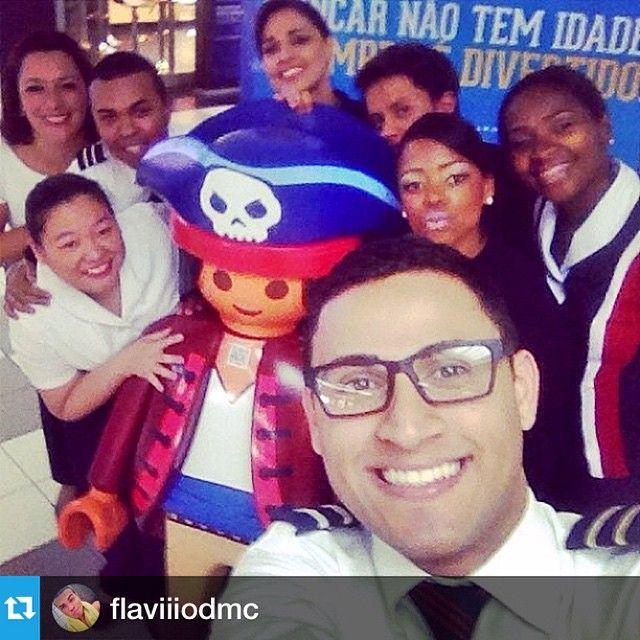O @flaviiiodmc não resistiu: juntou a equipe da Tam e também fez sua #selfieplaymo com o nosso Playmobil Pirata no Aeroparade em Congonhas-SP! #playmobil #aeroparade #aeroporto #congonhas #playmobilfans #playmobilword #sunnybrinquedos #fun #toys #nostalgic