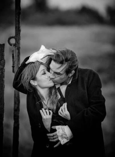 Ho dimenticato le mille volte che facemmo l'amore ma ricordo ancora i suoi occhi, il modo tenero di stringerci e quei baci... oh sì, quei baci! Attimi sospesi che duravano più di una vita. (Alda Merini)