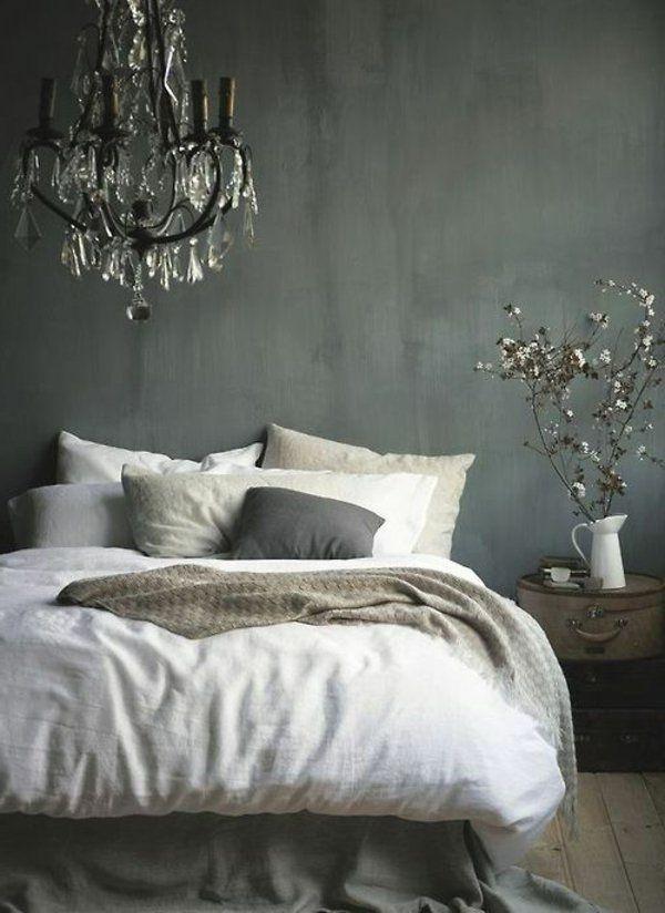 schlafzimmer graue wndgestaltung weiße bettwäsche stattlicher leuchter