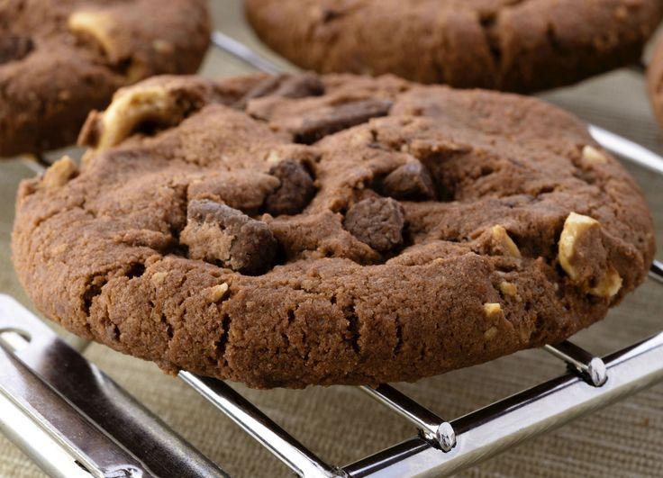 Cookies triple chocolate recién horneadas. ¡Bien crocantes y húmedas por dentro! http://elgour.me/1c7lXH6 #elgourmet #Recetas #Dulces